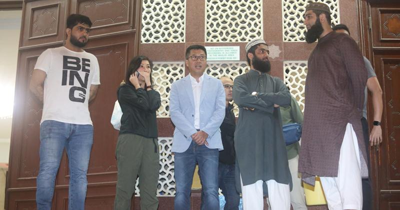 油尖警區指揮官何潤勝等拜訪清真寺。(伍浦鋒攝)