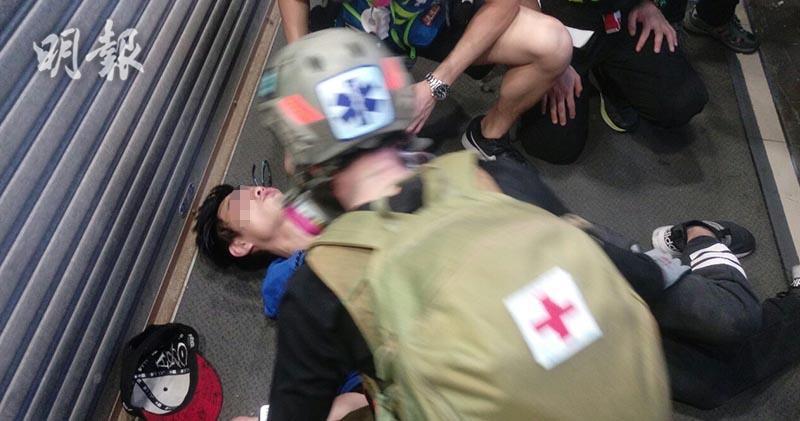 警方昨(20日)於彌敦道近聯合廣場一帶投擲催淚彈,有男子一度不適暈倒。(資料圖片)