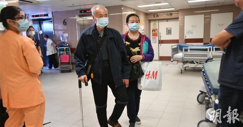 傷者的家屬下午3時許抵達醫院。(衛永康攝)