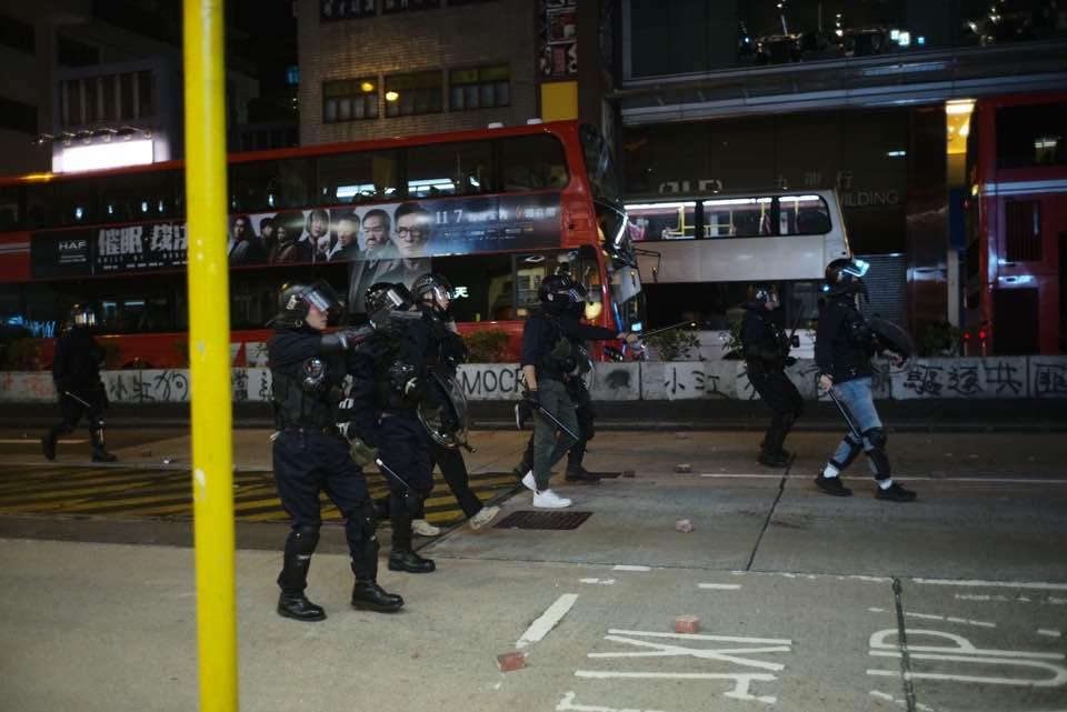油麻地彌敦道近碧街有警員開槍發射一發實彈。當時曾有速龍警員舉槍,但據了解最後是便衣警向天開槍。(Maximilian Cheng提供)