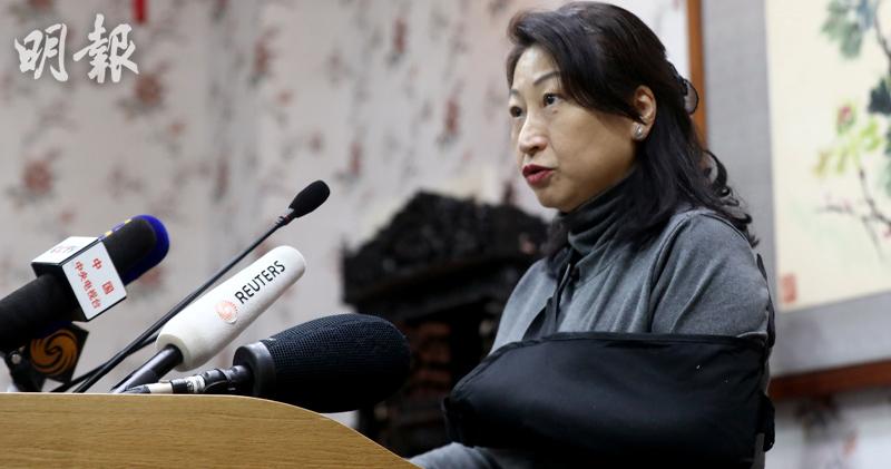律政司長鄭若驊周三(20日)在英國倫敦中國駐倫敦大使館見記者時,左手包上繃帶。(路透社)