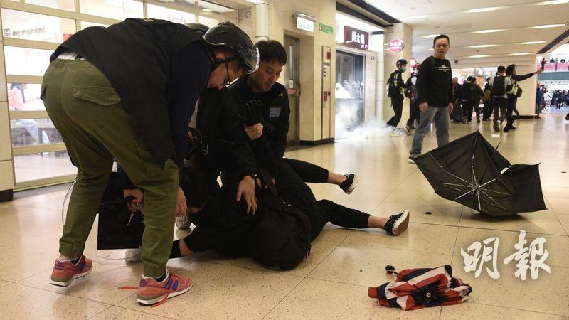 下午近4時,有黑衣人於沙田連城廣場被制服。(梁銘康攝)