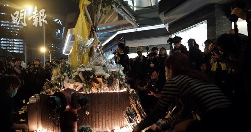 市民今晚(15日)在太古廣場外悼念梁凌杰。(馮凱鍵攝)