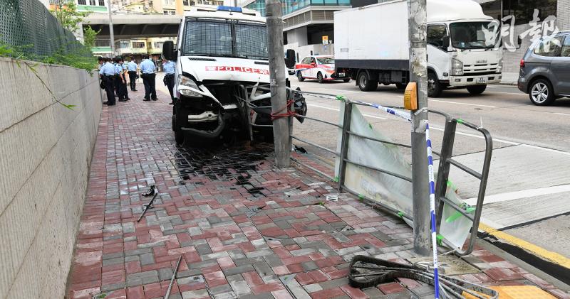 西九龍總區一輛警車駛近土瓜灣道時失控剷上行人路。(蔡方山攝)