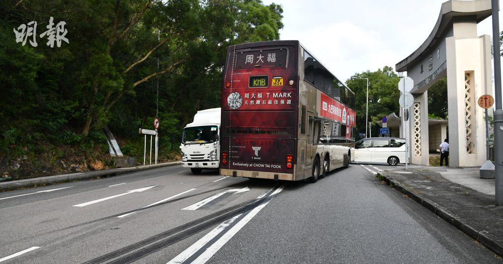 兩名熱愛巴士的九巴職員偷走巴士環遊新界,最終於中大崇基門外被截獲。(蔡方山攝)