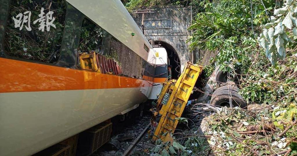 隧道口旁邊斜坡上一輛工程車疑因沒拉好手掣,滑落路軌撞上太魯閣號,令列車出軌。(中通社)