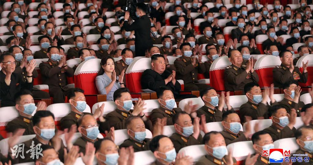 金正恩偕李雪主觀看軍人家屬藝術演出