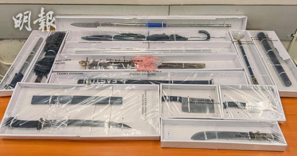 警方在通州街公園一涼亭檢獲大量武器。(警方提供)