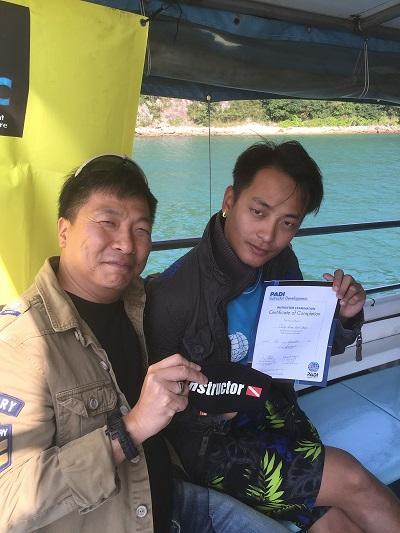 左:潛水歷險會課程總監區紹堅 (Stephen)