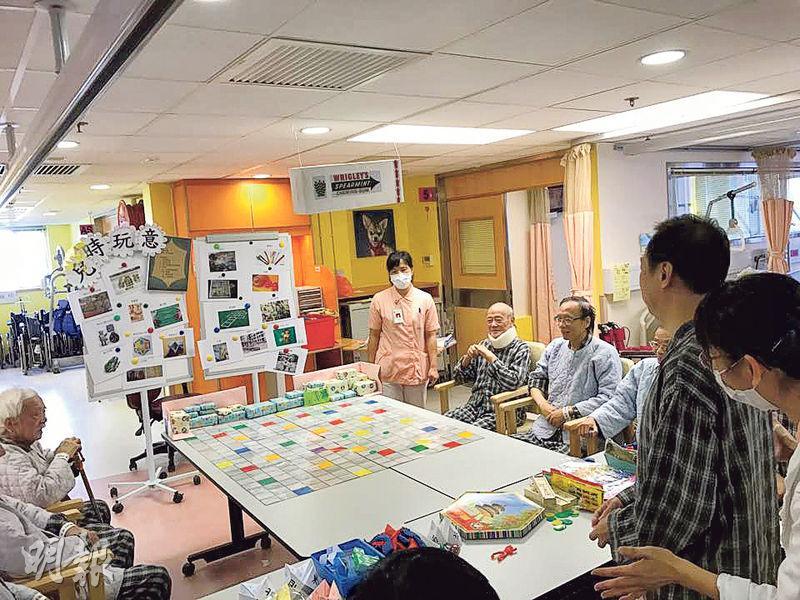 黃大仙醫院原有的復康病房被不少儲物架及牆身佔去空間,今年初裝修後拆走儲物架,把原分散在3個樓層的90張復康病牀,以及復康設施和儀器集中同一層,並有更多空間讓病人活動,圖為昨日一班復康病人在新病房玩懷舊遊戲,以訓練認知能力。(梁杏怡攝)