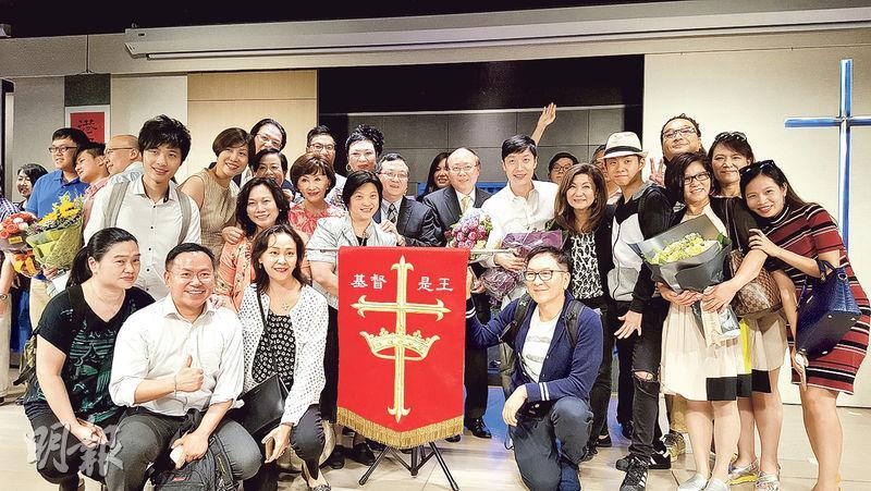 今年受洗——馬浚偉(二排右五)2007年相信了基督教,今年8月14日受洗加入教會。(圖﹕受訪者提供)