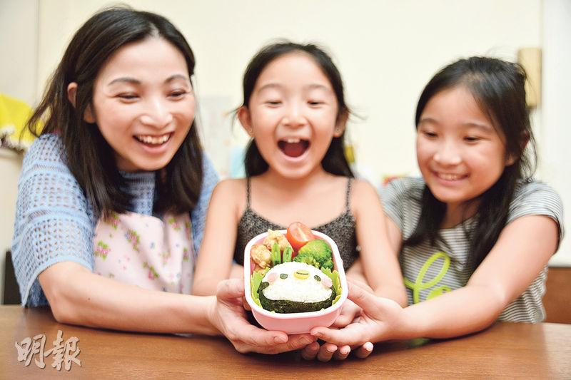Candace(左)說長女Rin(右)和幼女Mimi(中)「貪得意」要學做飯盒,但只試一次便說放棄。Candace笑說:「她們發現做便當原來那麼困難,自此就不會對我有太多要求了。」圖為當日訪問Candace只花半小時就完成的「小企鵝」飯盒。(黃志東攝)