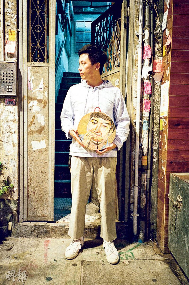 砧板上作畫——Scott和他畫的砧板,隨意在街上拍攝,他把城市人趕頭趕命吃飯畫在砧板上。(圖﹕受訪者提供)