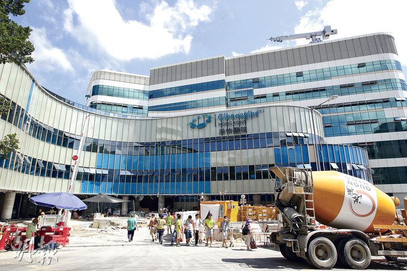 由港大參與臨牀管理的港怡醫院將於明年首季啟用,院方指醫院外觀工程已大致完成,正進行內部裝修。圖為昨日港怡醫院的外觀。(郭慶輝攝)