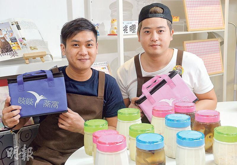 「啖啖燕窩」創辦人劉國聰(左)、總經理黃家星(右)透露,「啖啖燕窩」去年11月設立工場,現已接近回本。桌面上的是等候物流公司來取貨的部分產品。(攝影:劉焌陶)