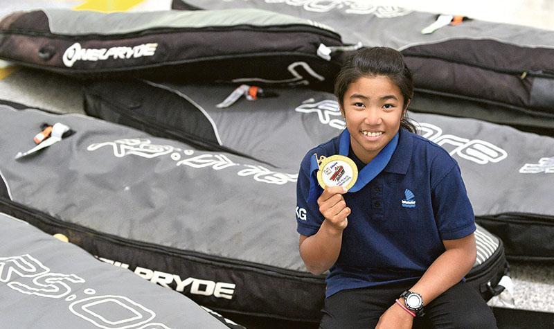 13歲的麥卓穎,身高不及一塊帆板的長度,但小小個子無礙她在世界賽擊敗60多名對手封后。(鍾林枝攝)