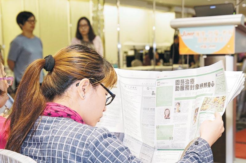 現場設最新招聘職位展板,方便參加者選擇心儀工作,一目了然,亦有參加者從報章中閱讀最新職場資訊。