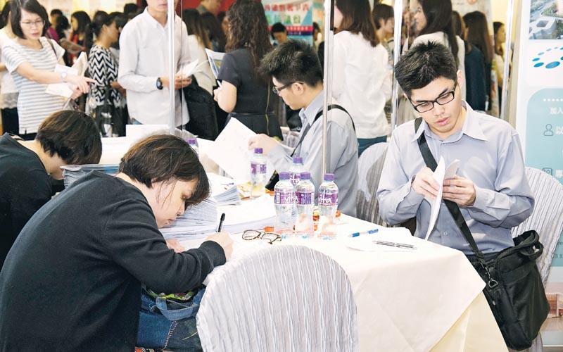 部分參加者即場填寫申請表格,爭取面試機會。