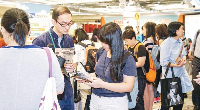 各參展商代表積極地為參加者提供最新的招聘及進修資訊。