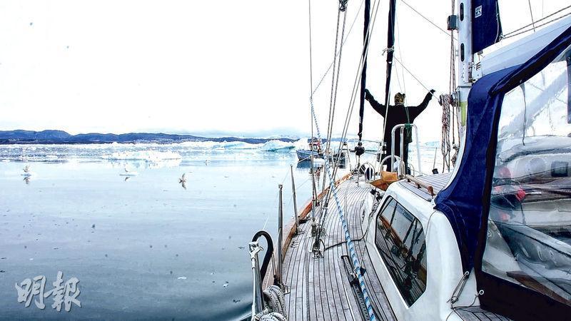 機電工程師朱棋端熱愛大自然,今年4月駕駛帆船「探索鷹號」自本港出發,沿途先後與39名船友合作,成功挑戰被視作「海上珠峰」的西北航道,橫越北太平洋、北冰洋及大西洋。圖為其帆船駛經北冰洋。(受訪者提供,影片截圖)