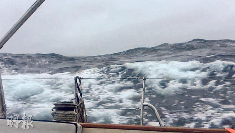 橫越大西洋期間兩遇風暴,最嚴重時風速如港8號風球,每隔1小時便出現9米高巨浪。探索鷹號被吹至打橫前進,自動導航系統亦損壞。