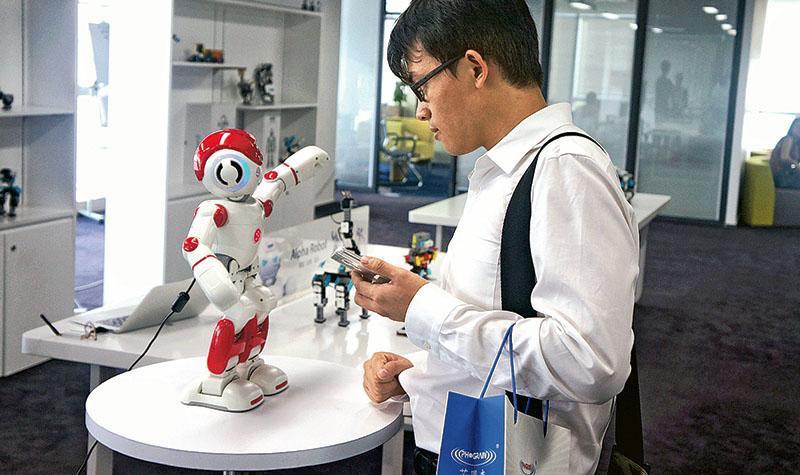深圳優必選公司出品的機械人Alpha2可以聽懂語音指令,並和工作人員「交談」。