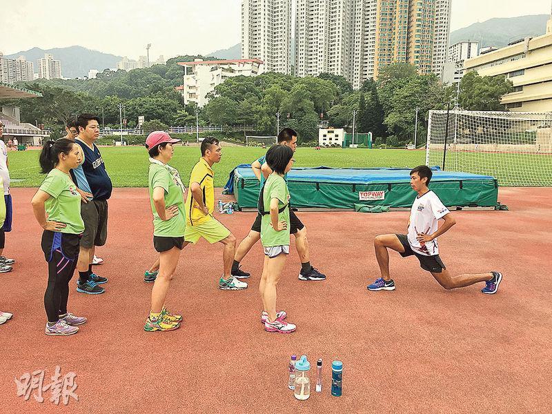 專長助人——陳家豪盼以專長助人,早前他獲邀擔任12月舉行的「新創建勇跑地貌王」3公里賽事的跑步教練。圖為他在課堂中指導參賽者正確的熱身方法。(圖﹕受訪者提供)