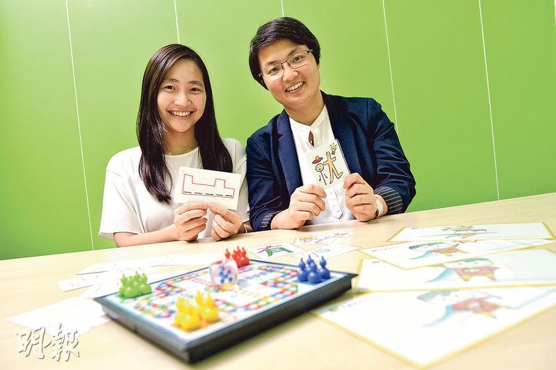 博雅思教育中心創辦人陳卓琪(右)、簡希彤(左)手中拿着協助讀寫障礙學童記憶中文字和英文字的卡紙,兩者都是陳卓琪自創的方法。