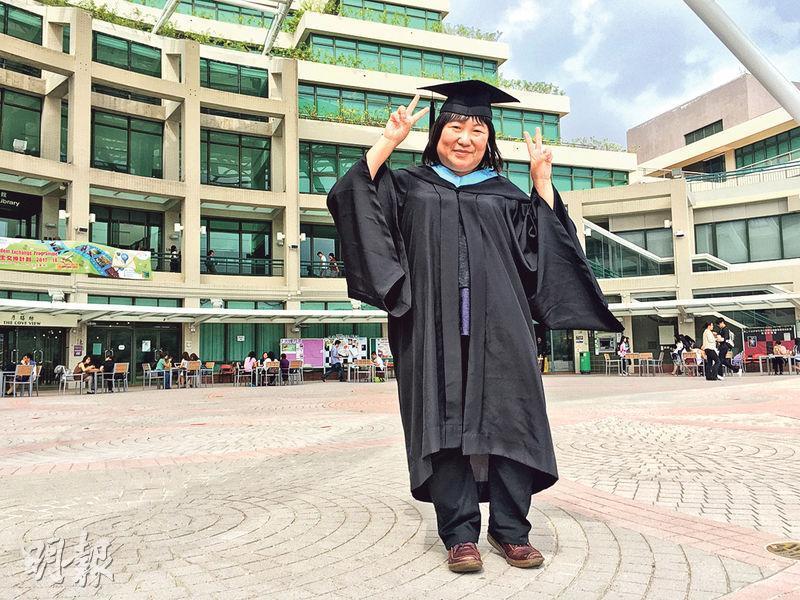 Joyce潘頌詩(圖)是本港首批使用手語教學的聾人大學生之一,在教大主修特殊教育,本周六正式畢業。(張嘉雯攝)