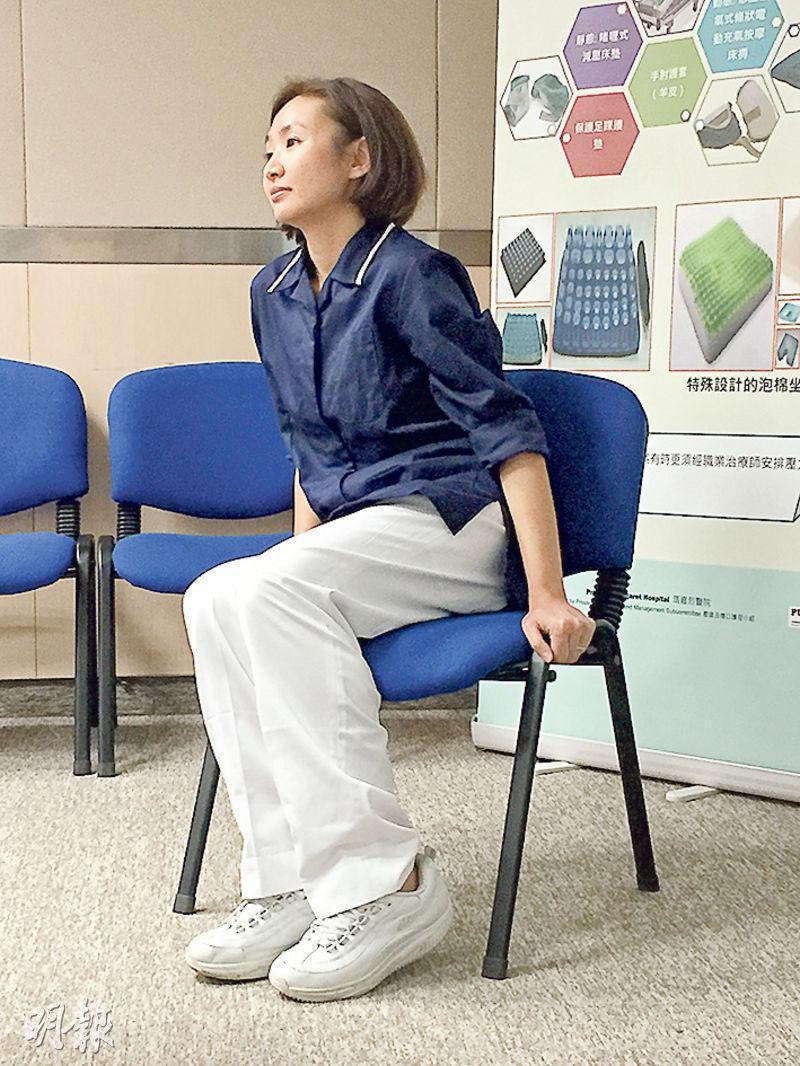 坐輪椅病人可每15分鐘移動臀部位置,瑪嘉烈醫院註冊護士周佩宜示範用雙手撐起身體,輕微向左及向右,以免個別部位長時間受壓而形成壓瘡。(邱雅錡攝)