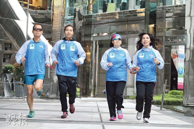 渣打香港馬拉松並沒有視障跑手的專項組別,但歷屆均有視障跑手報名挑戰,大會預計來屆有約50名視障跑手參賽,包括視障的黃惠珠(右二)及領跑員何美濃(右一),視障的梁小偉(左一)則暫別領跑員楊肇麟(左二),與另一領跑員挑戰半馬。(郭慶輝攝)