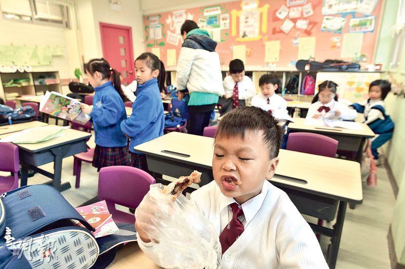 有基督教宣道會宣基小學(坪石)的學生在「開心食早餐時間」津津有味地享用雞髀,校長區詠恩稱,希望學生毋須在上學途中倉卒食早餐,而可坐下來慢慢享用。(馮凱鍵攝)