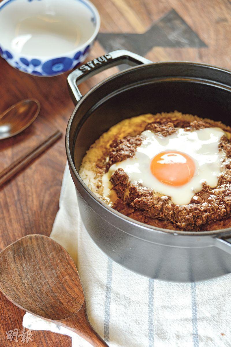 風味窩蛋牛飯——用法國鑄鐵鍋做窩蛋牛肉煲仔飯,米飯粒粒分明,飯焦吃來更香脆,風味貼近街邊小店。(圖:黃志東)