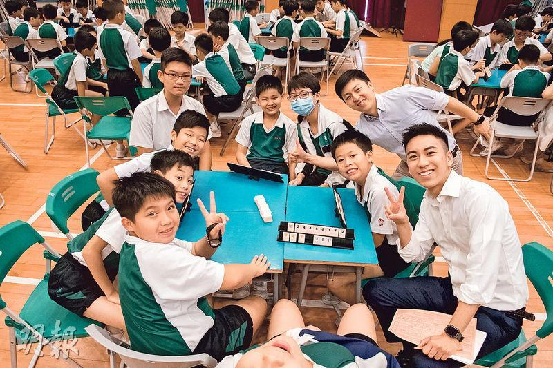 在英華小學的數學日中,學生一起「開枱」玩Rummikub(魔力橋),此遊戲涉及排序和分類概念,玩家要按遊戲規則把不同數字和顏色的牌組合,爭取勝利。(英華小學網頁)