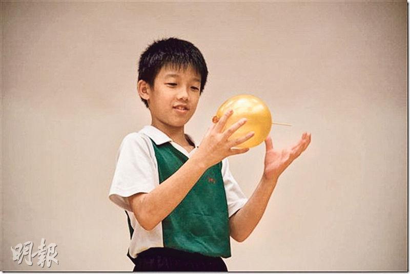 英華小學舉辦常識日,讓學生循氣球上橡膠較厚的地方刺進竹籤,竹籤刺進了氣球,但球沒爆破,學生可藉以了解橡膠特性。(英華小學網頁)