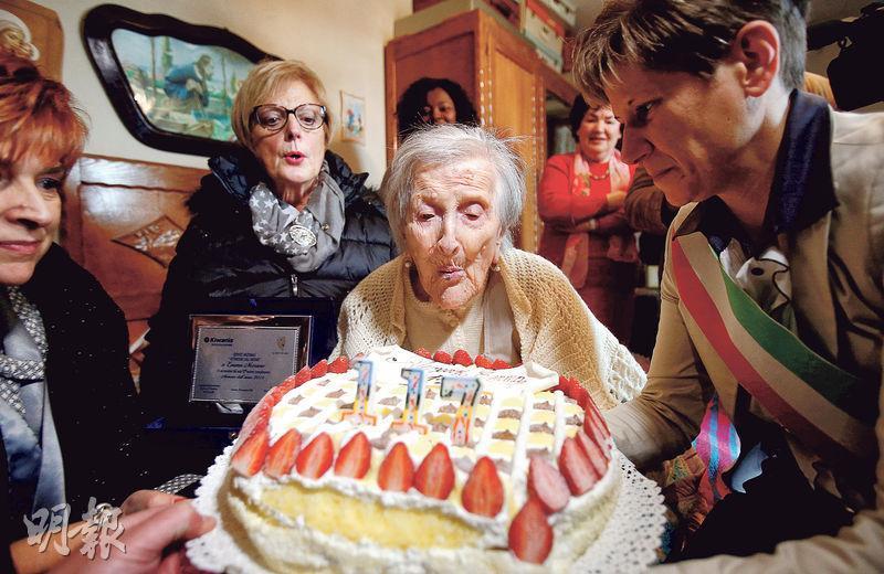 相信是全球最年老人瑞的意大利老婦莫蘭諾周二慶祝117歲生日,在朋友陪同下吹蠟燭。(路透社)
