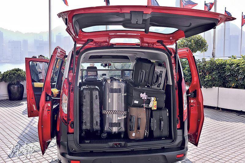 「珍寶的士」選用較大型的車款,車尾箱較普通的士大3倍,能放置約7件27吋行李。車內設有Wi-Fi及充電服務,可供4名乘客乘坐。(馮凱鍵攝)