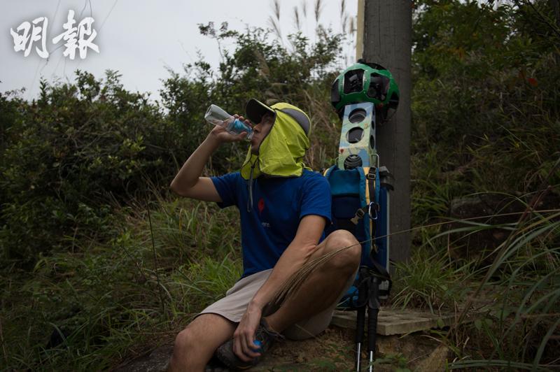 由於街景背包有相當的重量,Raf上山的裝備以輕便為主,主要帶備足夠的食水和乾糧,他說每行山約1小時,就需找個位置坐下休息。(鄧宗弘攝)