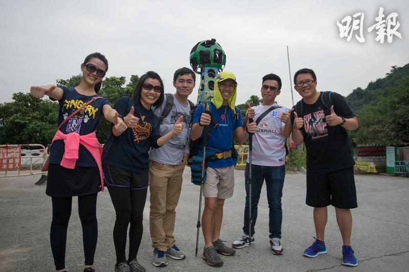 Google街景車作業員Raf(右三)每天的行程保密,有市民遇到他時表現興奮,除了要跟Raf合照,又大呼感謝「Google人」,場面溫馨。(鄧宗弘攝)