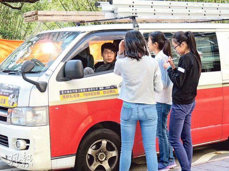校記就最低工資訪問「客貨車司機」,了解司機對這議題的看法。(圖:譚舒雅、鄒靖儀)