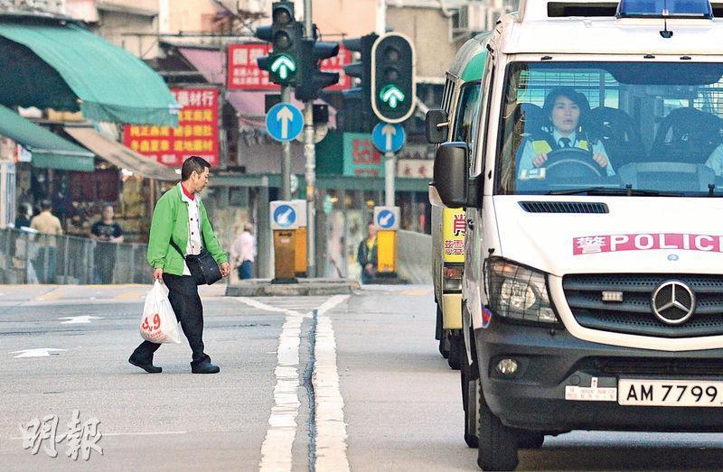 警方今日起一連5日展開行人道路安全行動,尤其會就行人亂過馬路執法。(鄧宗弘攝)