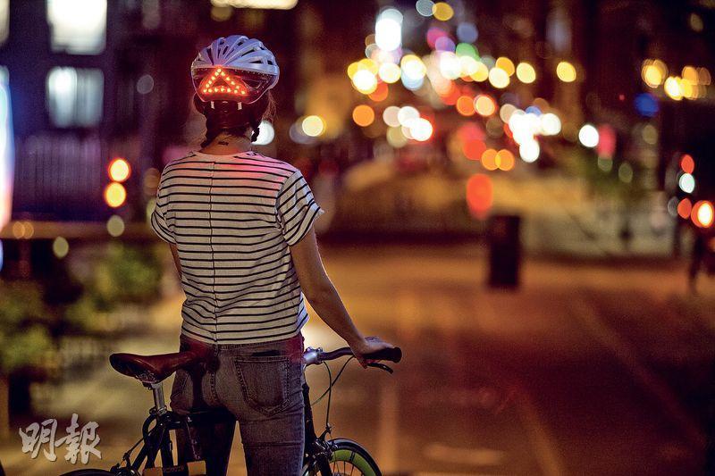 加強安全——踩夜車,戴上這款智能單車頭盔,有助提高其他馬路使用者的警覺性,間接保護單車友的安全。(圖﹕馮凱鍵)