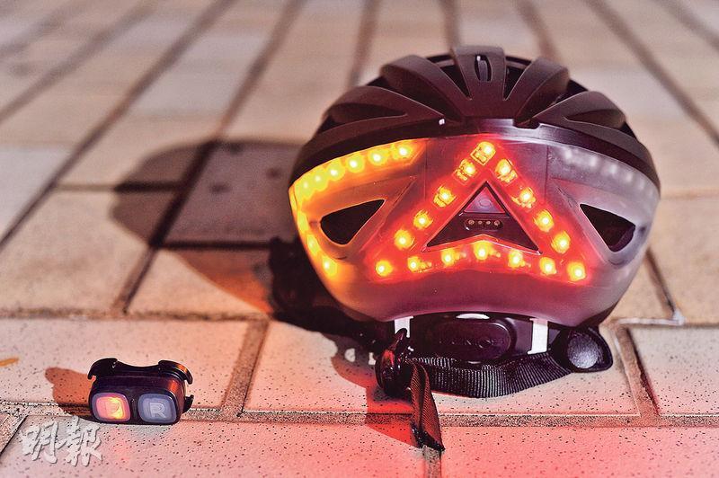 轉彎提示——只要按下遙控器(左)按鍵,頭盔後方便會提供黃色左、右指示燈,提示後方司機單車的轉彎方向。(圖﹕馮凱鍵)