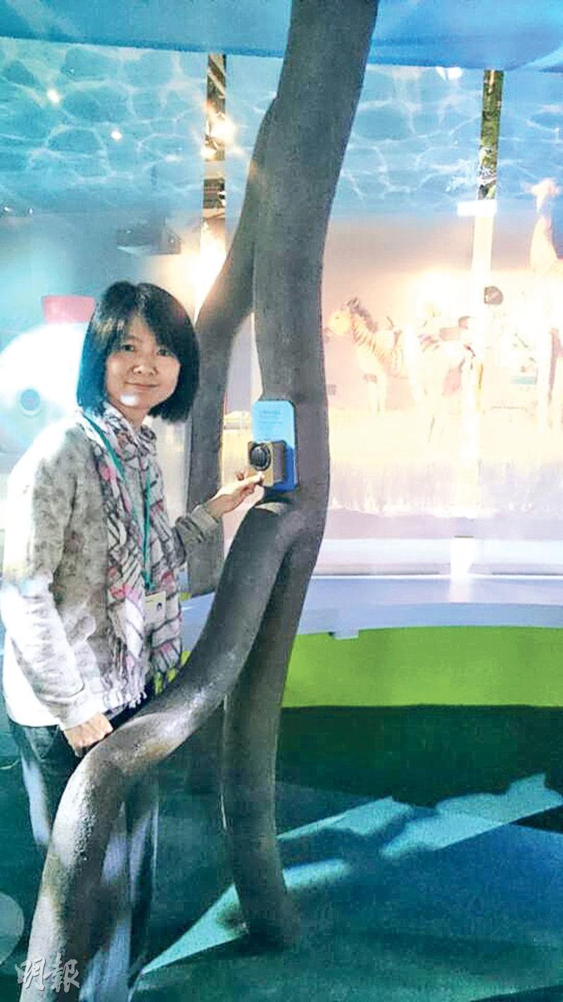 科學館一級助理館長殷翠荷身處的是模擬紅樹林根部的區域,部分樹根設視像裝置,按掣可從熒幕中看到3D紅樹林影片。(蔡瑤攝)