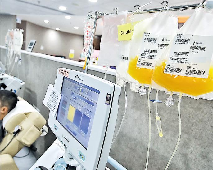 紅十字會西九龍捐血中心接受市民捐贈成分血,抽取血液中的血漿及血小板後,其他血液成分會輸回捐血者,而血漿及血小板則呈黃色。