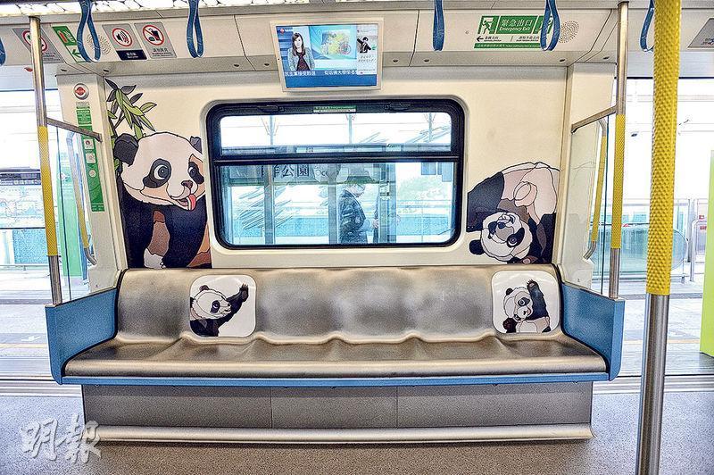 南港島線下周三通車,港鐵於部分南港島線列車上貼上與海洋公園有關的動物貼紙,為新線增添特色。(楊柏賢攝)