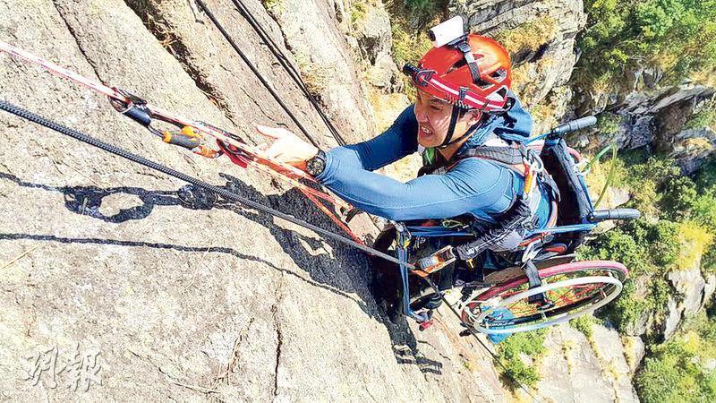 黎志偉2011年12月9日因車禍接受手術,由於脊椎嚴重受損,下半身從此癱瘓;相隔5年,本月9日他成功靠一雙手及過人意志攀上獅子山(圖)。( 黎志偉facebook )