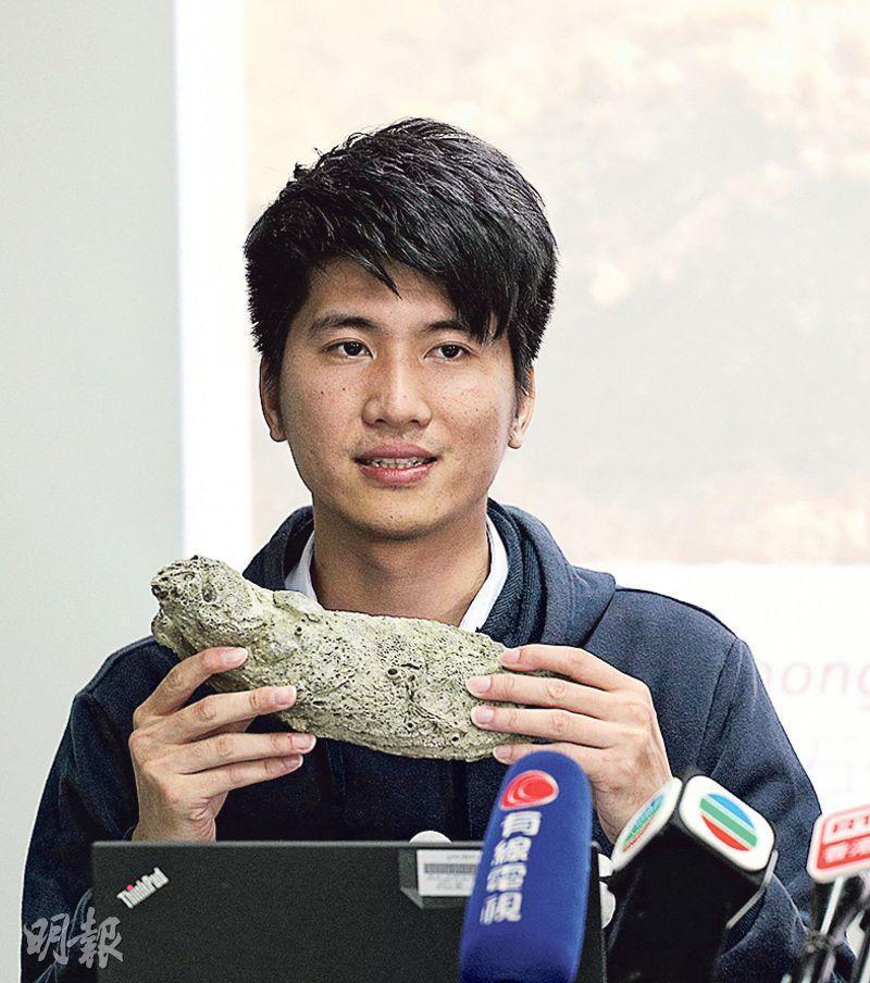 全球約有20種海洋生物以「香港」命名,即於香港首次被發現。太古海洋科學研究所博士後研究員吳潘東手持的香港巨牡蠣,是其中一種蠔,百多年前港人已在流浮山養殖,最長壽命達10年。吳手上的則養了7年,長近30厘米。(鍾林枝攝)