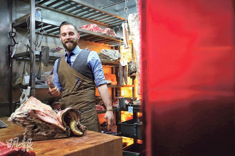 紳士屠宰師——紳士打扮的Jonny(圖)是Blue的屠宰師,擁有超過10年經驗,在公在私都愛吃肉。(圖:曾憲宗)