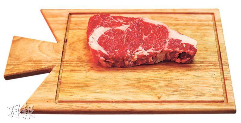45天熟成Hereford牛扒——英國Hereford Beef相當獨特,大廚選用2至3歲的牛隻屠宰,由於油脂豐富故肉質較腍,是愛軟滑質感者之選。($268/400克,B)(圖:曾憲宗)